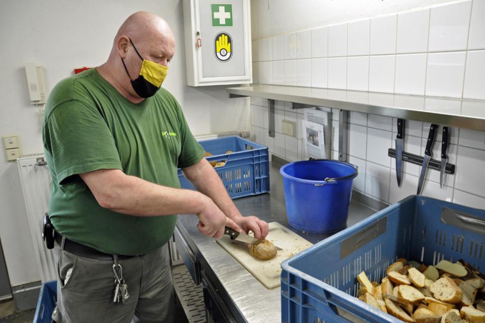 Tierpfleger René Anacker schneidet für die Elefanten Brötchen in Scheiben, die als Belohnung beim Training verfüttert werden.