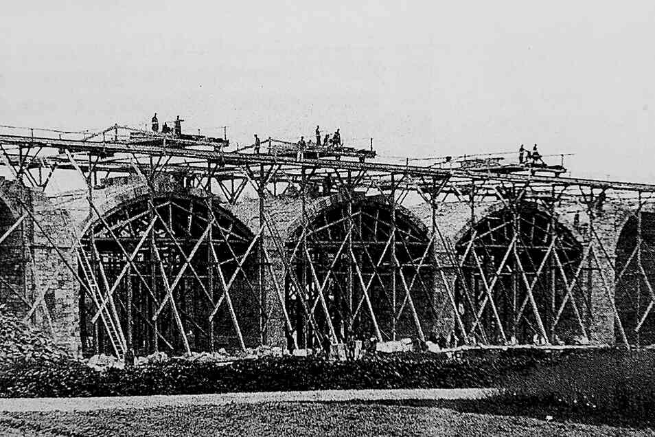 Der 105 Meter lange Bischheimer Viadukt ist das längste Brückenbauwerk an der Strecke Kamenz-Radeberg. Es wurde am 26. Mai 1871 fertiggestellt. Vier Wochen zuvor standen die Baugerüste noch.
