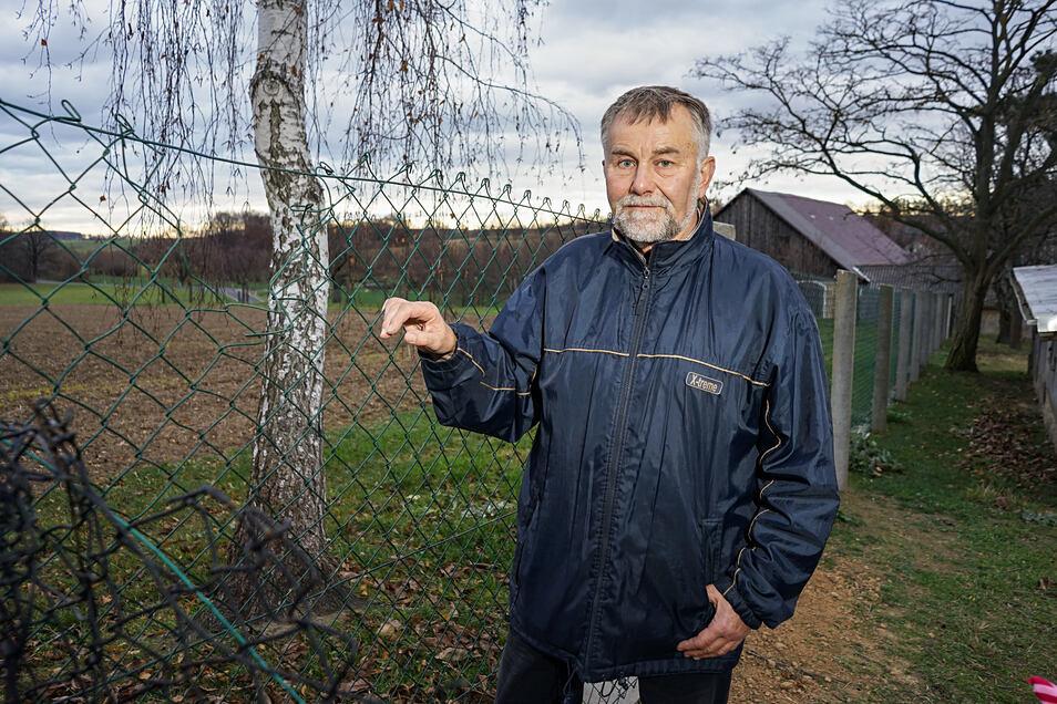Das Loch im Zaun ist wegen der Birke dahinter schlecht zu erkennen. Hier kam der Wolf auf das Grundstück von Peter Beer in Prischwitz – nicht zum ersten Mal.