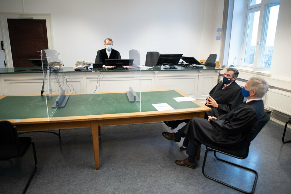 Benjamin Korte (l), Vorsitzender Richter, Ralph Oliver Graef (M), und Werner Jansen, Anwälte für Urheber- und Medienrecht und Vertreter der Erbengemeinschaft der schwedischen Kinderbuchautorin Astrid Lindgren, sitzen vor der Urteilsverkündung in einem Sit