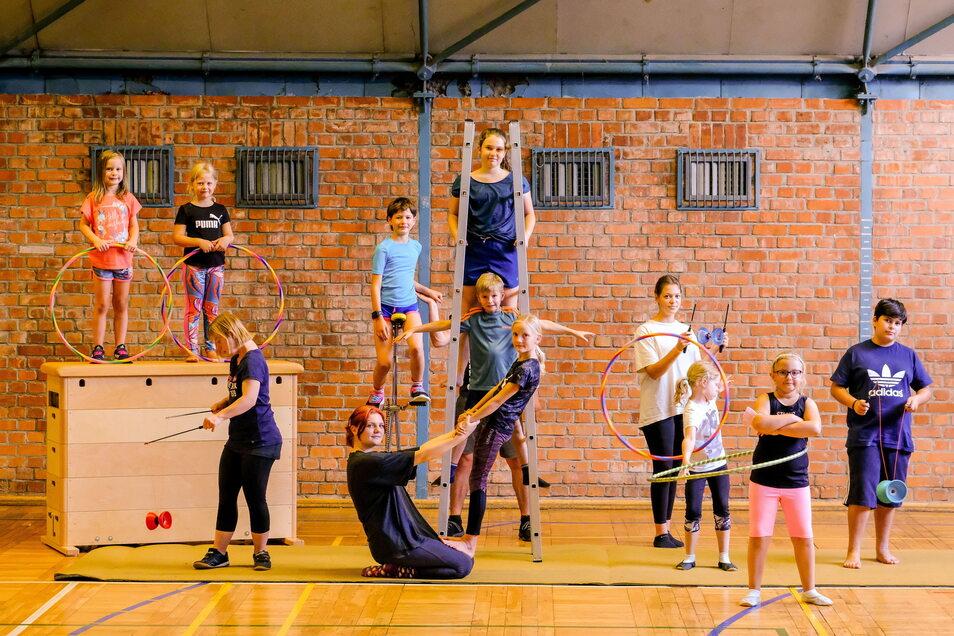 In der Turnhalle am Mohrenhaus kommen Kinder und Jugendliche mehrmals wöchentlich zusammen. Sie lernen Kunststücke für den Zirkus Sanro.