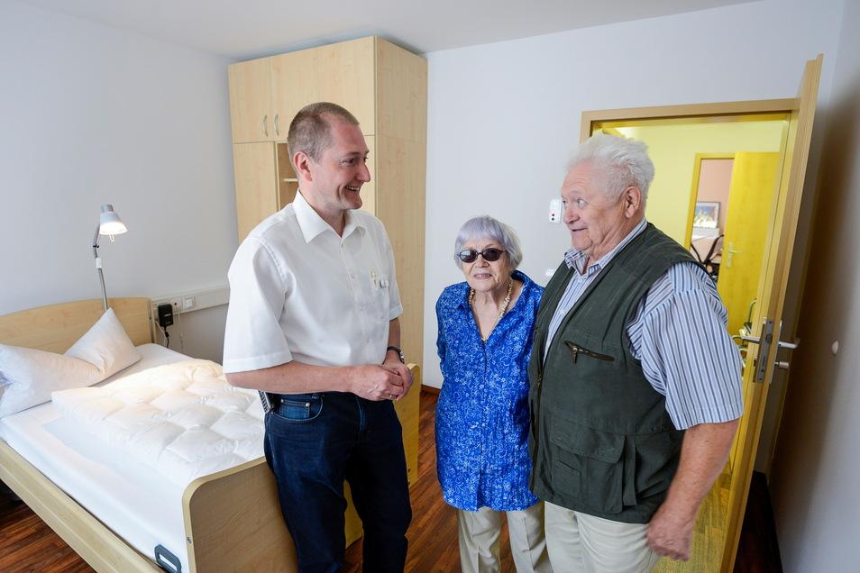 DRK-Vorstand Rüdiger Neumann, hier beim Tag der offenen Tür mit Besuchern im Altenheim in der Reichert-Straße in Görlitz, will erst den Beschluss zur Pflegereform abwarten, um darüber befinden zu können.