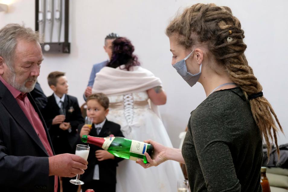 Beim Sektempfang tragen Schloss-Pächterin Silke Langer und Tochter Josi (im Foto) einen Mund-Nasen-Schutz. Desinfektionsmittel an den Eingängen, Abstand und Maske am Buffet, darauf achtet Silke Langer - nicht nur bei dieser Hochzeit.