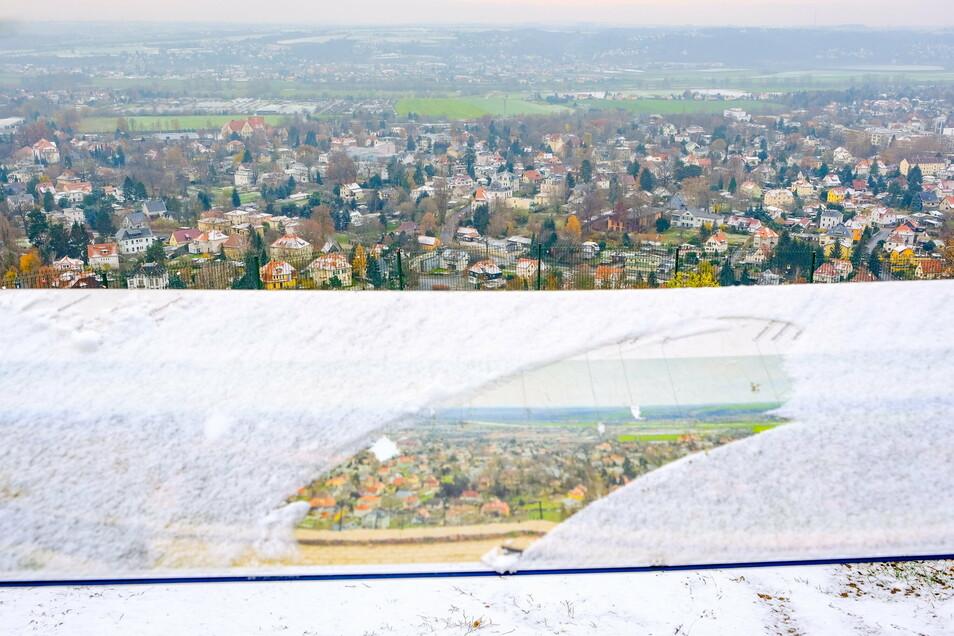 Blick vom Areal am Bismarckturm auf Radebeul. Das dort stehende Panoramabild ist leicht von Schnee bedeckt. Noch zeigen Bild und Originalblick reichlich Grün im Stadtbild auf. Durch eine Grundsteuer C wird dies verschwinden, so die Befürchtung.