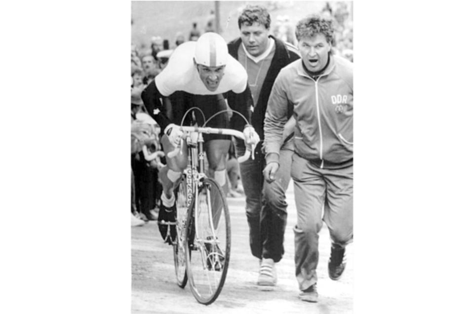 Der Trainer schreit den späteren Sieger Uwe Ampler den Schanzenauslauf von Harrachov hoch. Die neunte Etappe 1987 endete mit der spektakulärsten Zielankunft, die es bei der Friedensfahrt gab.