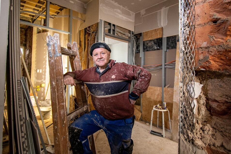 Eigentlich ist Felix Wesolowska im Ruhestand. Aber der 69-Jährige hat noch viel Arbeit mit seinem Haus an der Straße des Friedens, das er nach einem Brand vor fast fünf Jahren Stück für Stück ausbaut.