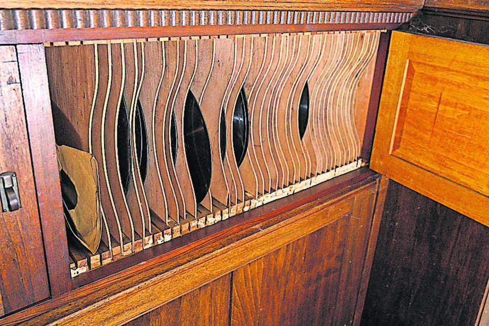 Dieser Plattenschrank, immer noch mit alten Schellackplatten bestückt, ist in die Wandvertäfelung im sogenannten Saal der Villa Bauch eingebaut.