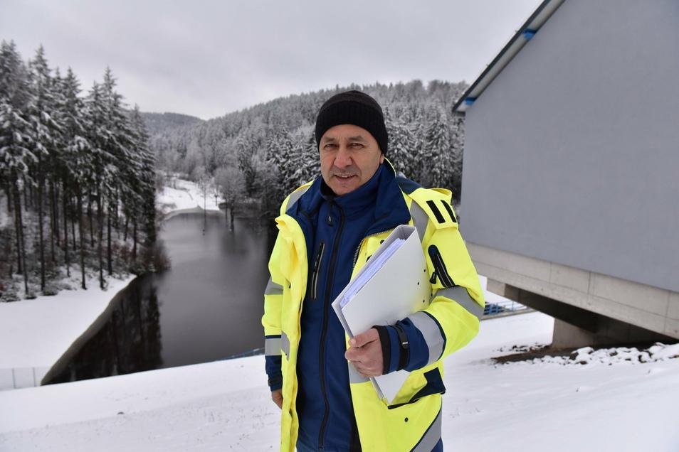 Ein solches Bild mit aufgestautem Wasser oberhalb des neuen Damms im Pöbeltal bietet sich in den nächsten Tagen wieder. Endlich haben die Verantwortlichen der Talsperrenverwaltung genug Wasser, um den Probestau zu beginnen.