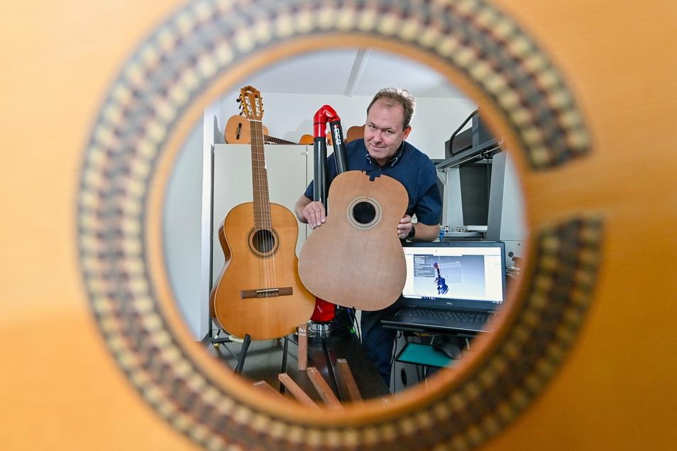 An einem hochmodernen 3-D-Laserscanner steht Holger Schiema, Geschäftsführer des Instituts für Musikinstrumentenbau, mit einer Gitarrendecke. Im Vogtländischen Musikwinkel gehen die Wissenschaftler auf die Suche nach Ersatz für altbewährte Materiali
