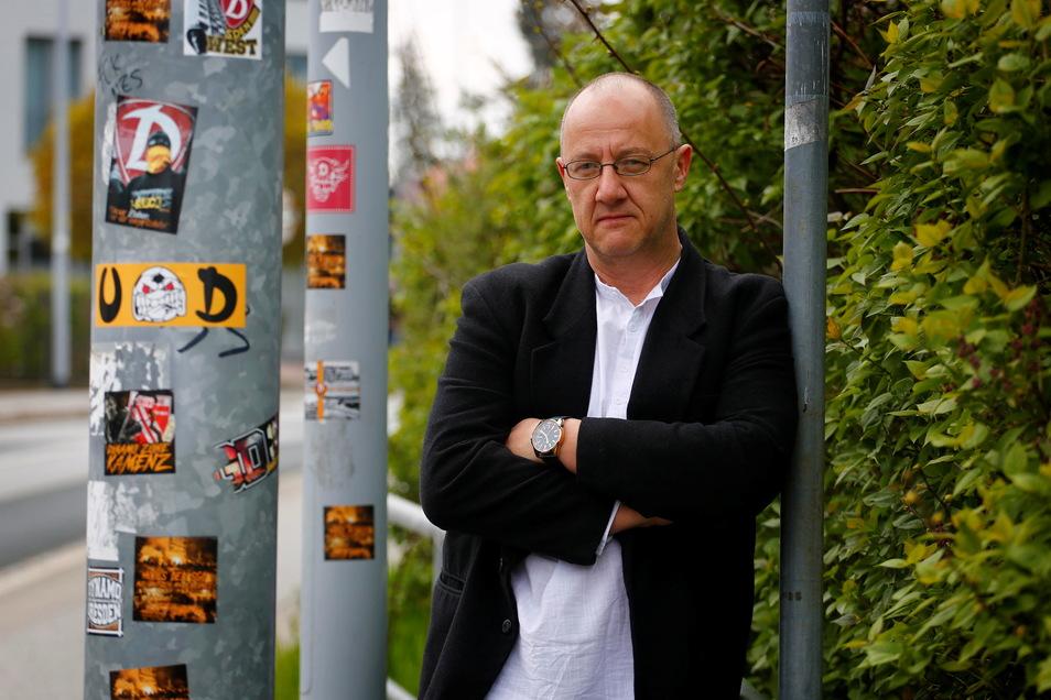 Heiko Dietrich ist der neue Leiter des Kamenzer Ordnungsamtes. Ihn beschäftigt derzeit auch eine Flut von Aufklebern, die das Stadtbild verschandeln.