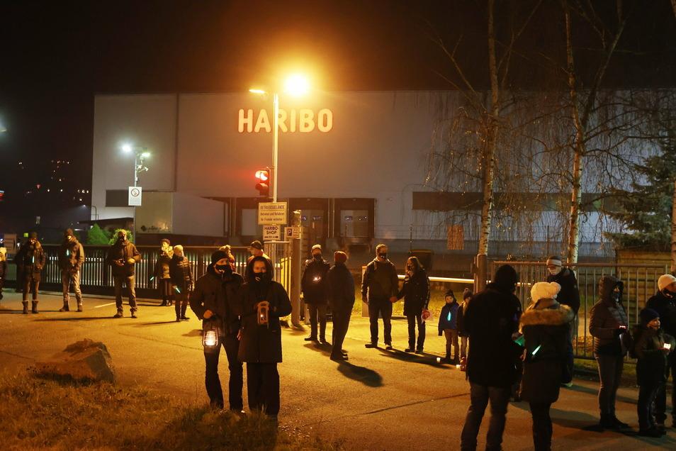 Teilnehmer eines Protestspaziergangs der Gewerkschaft Nahrung, Genuss, Gaststätten protestieren am 6. Dezember vor dem Werksgelände von Haribo gegen das Aus für den Standort.