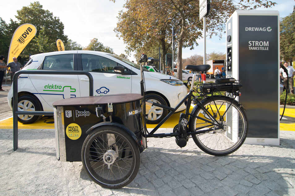 Elektroauto, ÖPNV und Radstation an einem Ort. Die Verknüpfung verschiedener Transportmittel gewinnt zunehmend an Bedeutung.