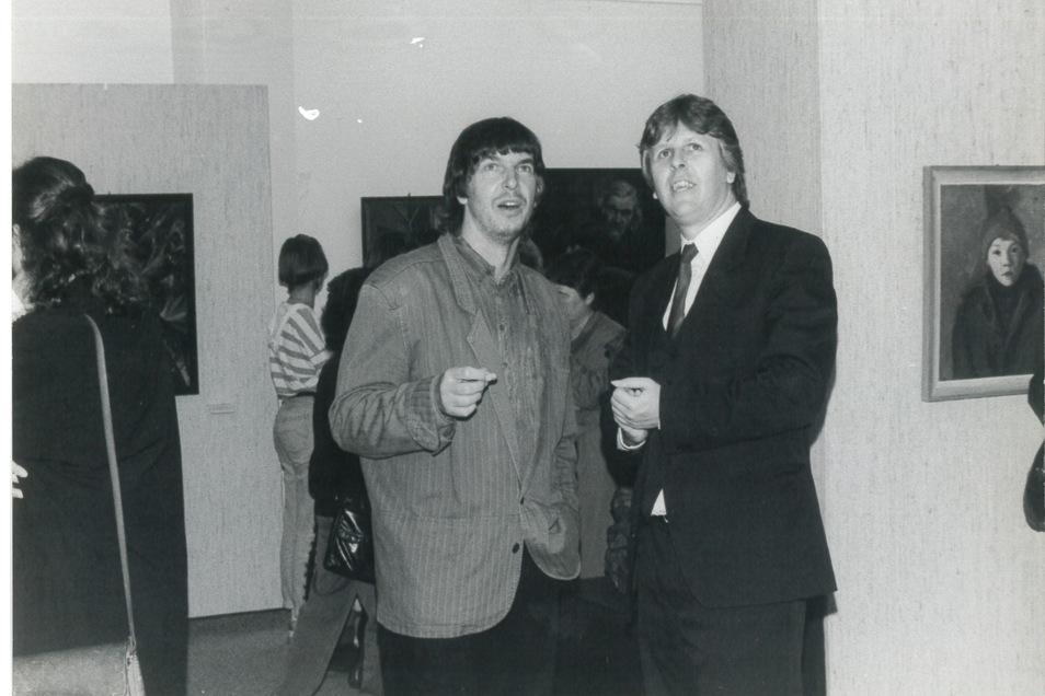 Rolf Günther (r.) freut sich 1991 mit dem Freitaler Künstler Wolfgang Petrovsky über die Eröffnung der Kunstausstellung auf Schloss Burgk.