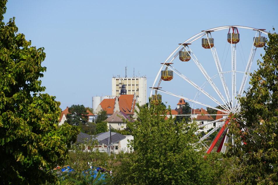 Riesenräder gibt es beim Tag der Sachsen in Riesa gleich mehrere. Dieses steht in der Delle vor der Sachsenarena. Im Hintergrund: Das ehemalige Muskator-Werk an der Elbe.