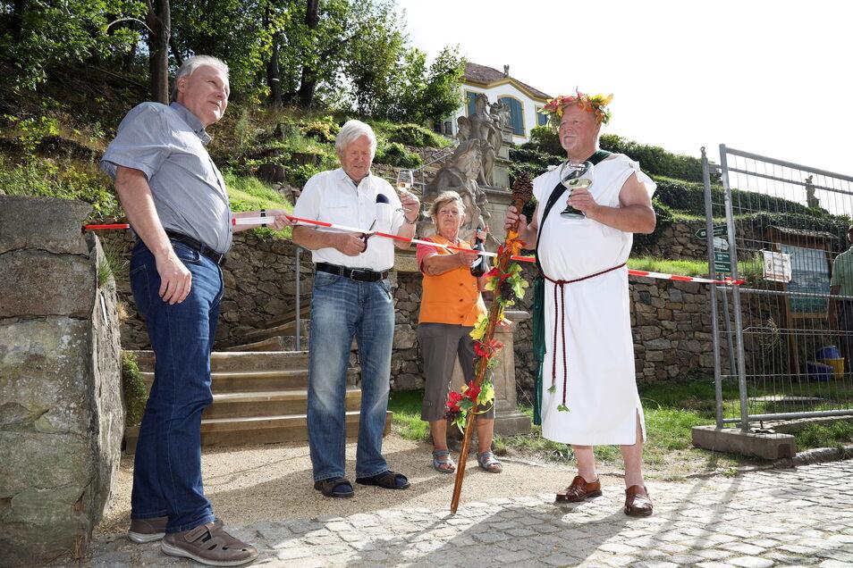 Im Beisein von Weingott Bacchus (r.) und Bürgermeister Gerd Barthold (l.) wurde die Treppe zur Heinrichsburg in Diesbar-Seußlitz frei gegeben.