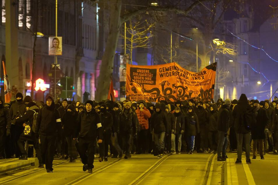 Teilnehmer der Demonstration ziehen durch Leipzig.