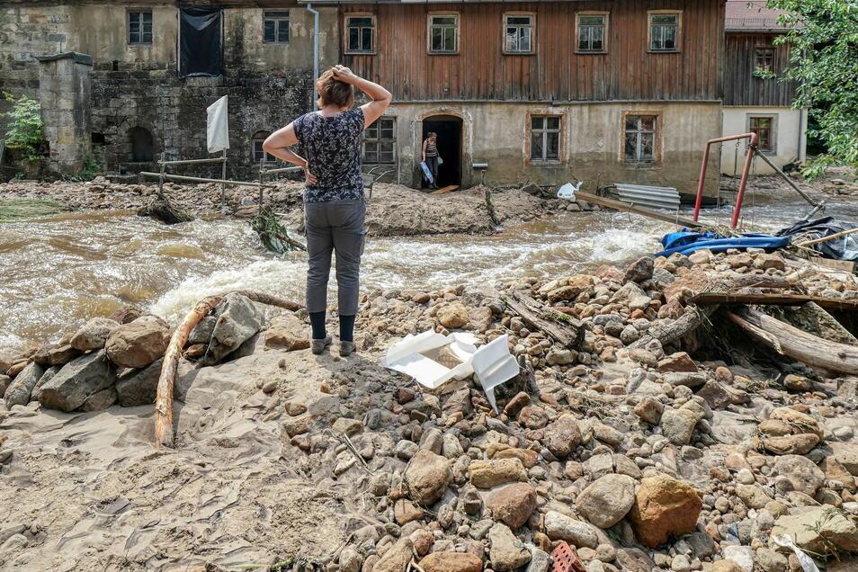 Auch in Sachsen haben Mitte Juli Starkregenfälle Häuser, Grundstücke und Straßen beschädigt – hier in Krippen in der Sächsischen Schweiz.