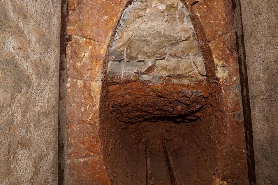 So sah die Rösche des Moritzschachtes vor Ort aus. Deutlich hebt sich das Sandsteingewölbe ab.