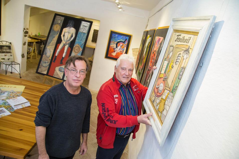 Andreas Neumann-Nochten (l.) zeigt anlässlich seines 60. Geburtstags Bilder aus 30 Jahren in der Galerie Zwoneun, die ihm Ludwig Stalf (r.) in der Görlitzer Hotherstraße 29 zur Verfügung stellt.