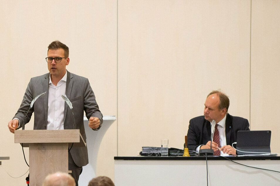Zwischen Oberbürgermeister Dirk Hilbert (FDP, rechts) und SPD-Stadtrat Richard Kaniewski herrscht Anspannung.