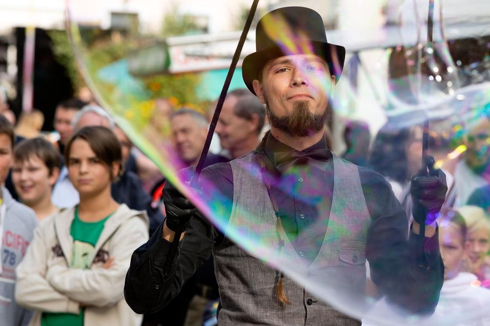 Georg Gräßler von Twoeelements mit Seifenblasen. Mit verschiedenen Aktion wurden die Besucher unterhalten.
