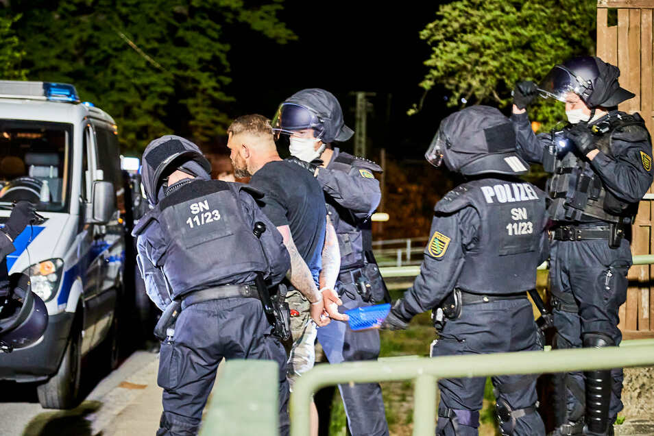 Angriff auf Polizisten: 30 Rechtsextreme wurden am Himmelfahrtstag in Pfaffendorf festgenommen.