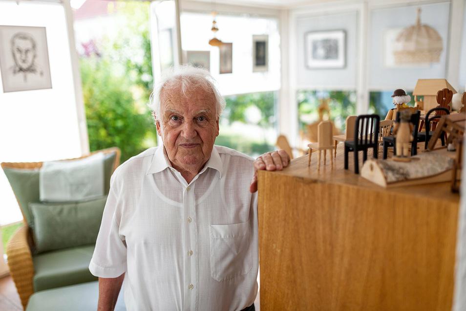 Dr. Johann Spensberger in seinem Wintergarten in Rabenau. Am 28. Juli wird er 85.