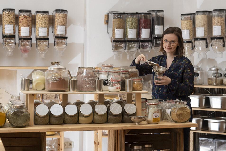 Mit Einkaufsbeutel geht Juliane Gehmlich in den Unverpackt-Laden in Dresden-Striesen. Ihr Lebensstil scheint jetzt für mehr Menschen denn je attraktiv.