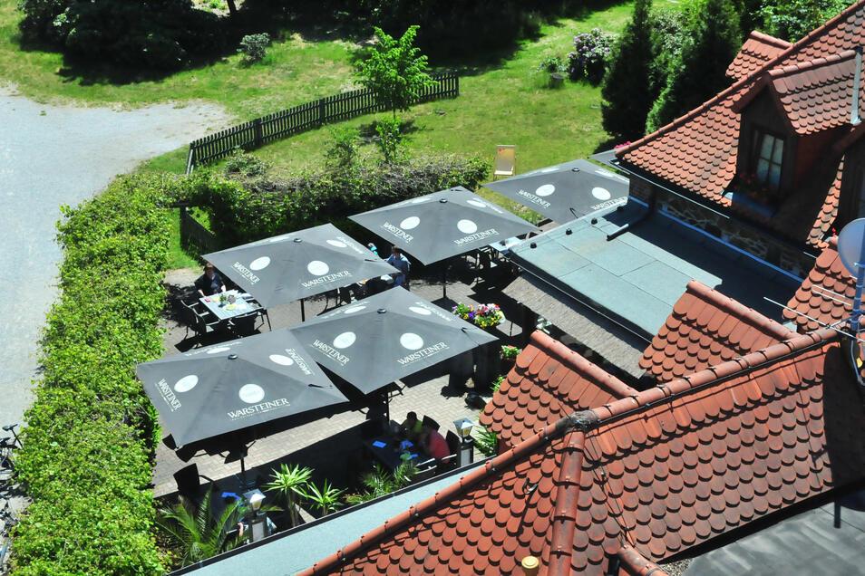 Der Blick vom Aussichtsturm verrät: Die Kupferberggaststätte in Großenhain konnte sich am Montag um die Mittagszeit über viele Gäste freuen.