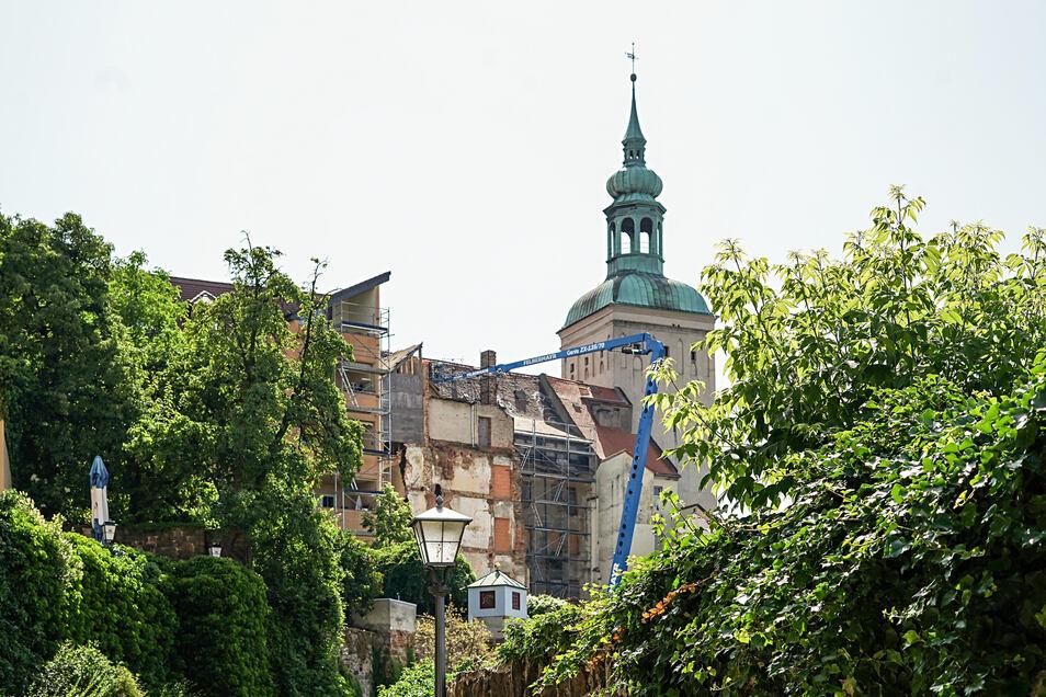 Die Bürgerhäuser in der Inneren Lauenstraße gehören zu Bautzens prominentesten Wackelkandidaten. In den letzten Wochen hat der Eigentümer hier Sicherungsarbeiten an den Dächern ausführen lassen.