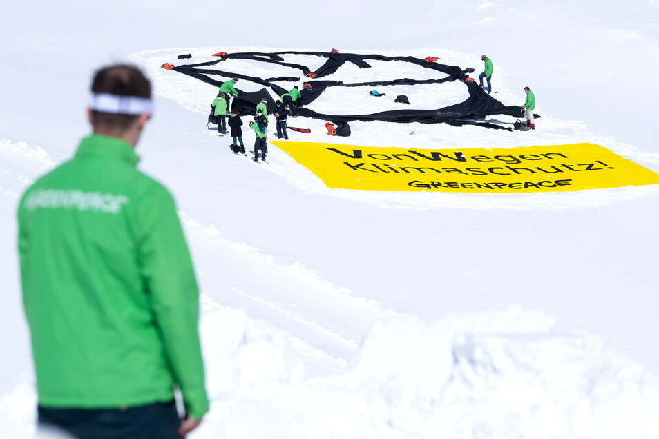 """Greenpeace-Aktivisten haben auf dem Gletscher an der Zugspitze ein VW-Logo und ein Banner mit der Aufschrift """"Von Wegen Klimaschutz"""" ausgerollt."""