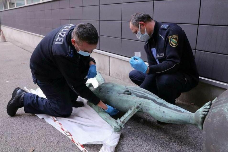 Die Polizei untersuchte die Grabfigur, nachdem die Beamten sie sichergestellt hatten.