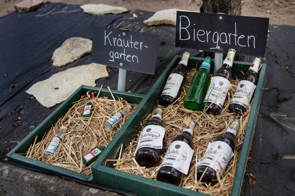 Ein bisschen Spaß darf sein: Kräuterbeet und Biergarten der besonderen Art.
