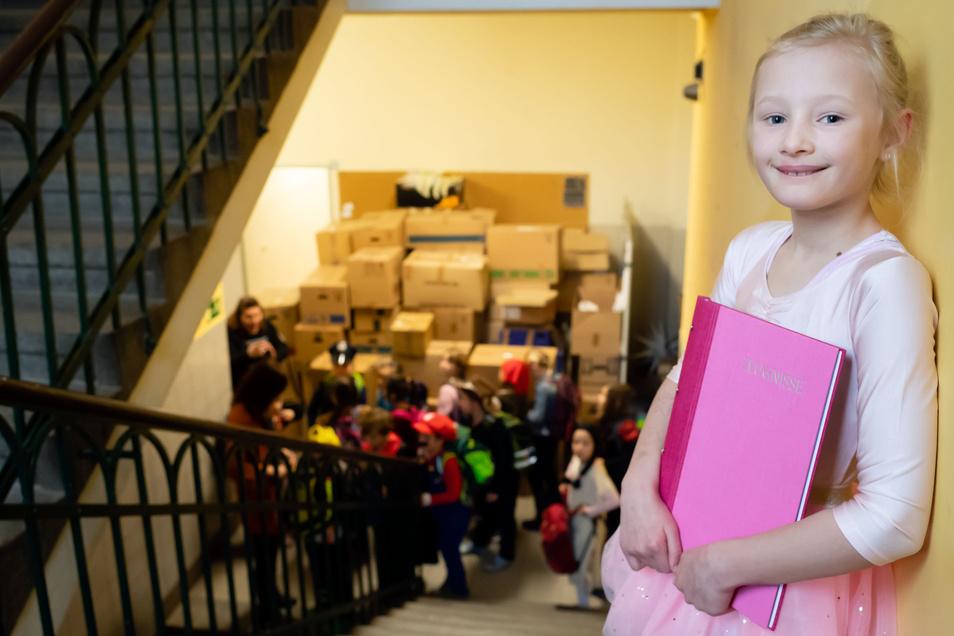 Nele Anders aus der zweiten Klasse freute sich am Freitag über ihr Zeugnis und auf die Ferien. Doch ehe alle nach Hause fuhren, wurde noch zünftig Fasching gefeiert.