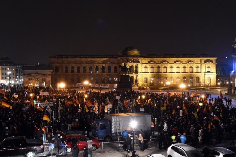 Pegida versammelt sich am Montagabend auf dem Theaterplatz.