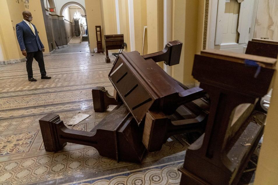 Senator Tim Scott, R-S.C., schaut sich in den frühen Morgenstunden die Schäden an, nachdem Demonstranten am Mittwoch das Kapitol in Washington gestürmt haben.