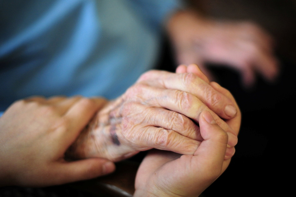Die Caritas sucht Interessierte zur Betreuung von Menschen mit Pflegebedarf.