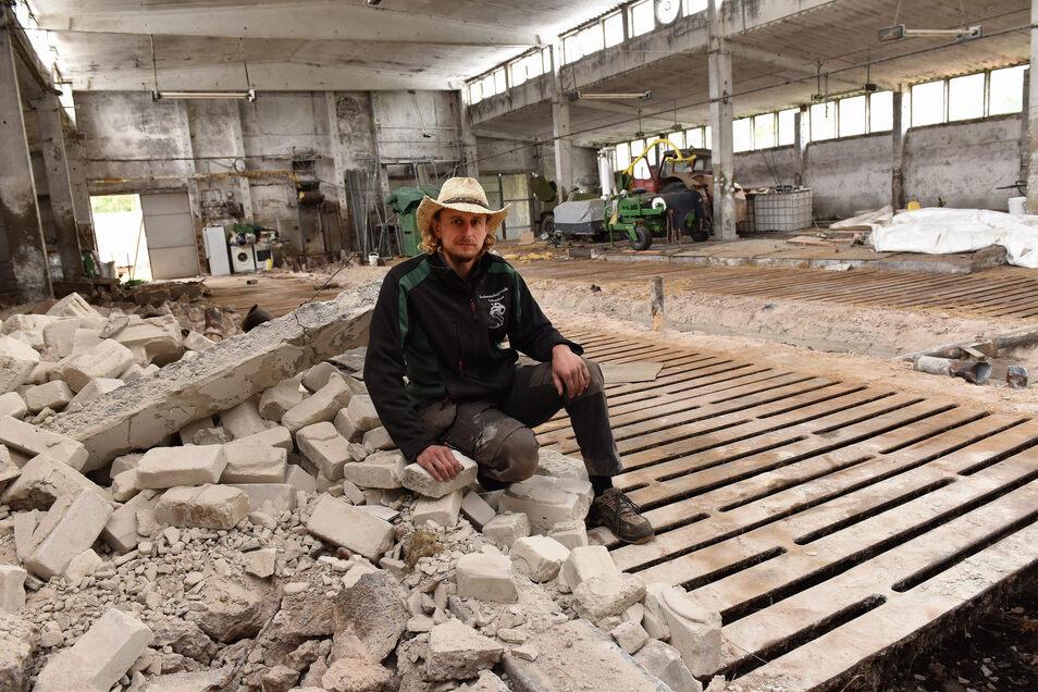 Sven Zeiske im ehemaligen LPG Stall. Einen Teil des Gebäudes will er jetzt zur Fahrzeughalle umbauen.