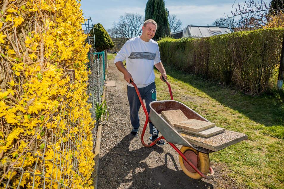"""Matthias Krischkowsky (41) gestaltet Wege in seinem Garten in der Sparte """"Südstraße"""" in Döbeln um. """"Schade, dass die Baumärkte gerade jetzt für Privatkunden zuhaben"""", bedauert er."""