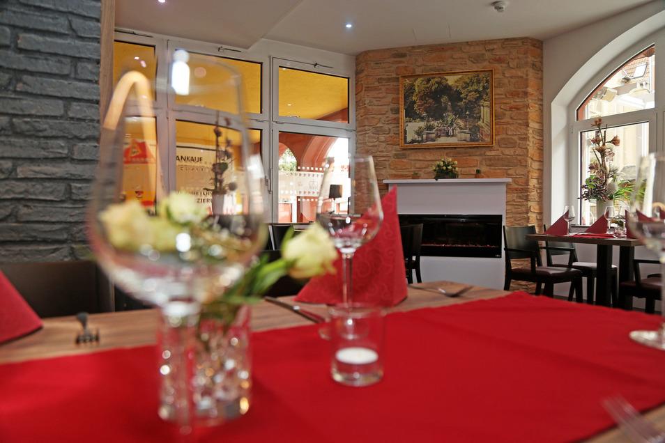 Kaminecke im Eingangsbereich, modernere Möbel: Seit mehr als 20 Jahren war das Mobiliar im Restaurant nicht mehr modernisiert worden. Das neue Konzept soll Jung und Alt ansprechen, hofft Jürgen Gollos.