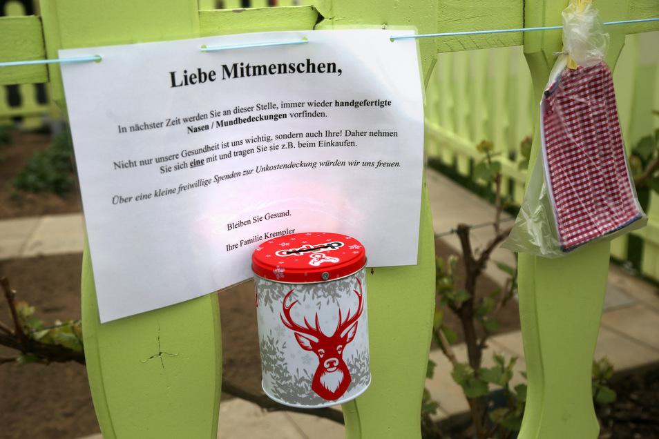 Auch eine Spendenbüchse hängt am Zaun der Familie Krempler.