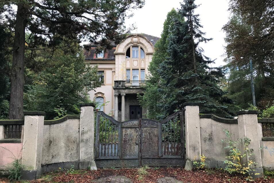 Unweit des Bahnhofs steht auch noch diese Villa ungenutzt. Neugersdorfern ist sie noch als Jugendklub bekannt, den es hier zu DDR-Zeiten wohl gegeben hat.