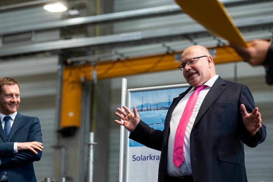 Peter Altmaier in der Fertigungshalle am Siemens-Standort Görlitz. Manche Turbinen, die hier zusammengesetzt werden, sind schon wasserstoff-fähig.