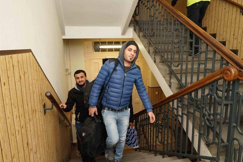 Wie werden Flüchtlinge  in Pirna integriert? Für Ina Hütter ist die Integration von Flüchtlingen ein schwieriges Thema. Sie fordert von Migranten, sich den hiesigen Normen anzupassen. Wer das nicht tue, solle auch nicht bleiben dürfen. Eine Integration gelinge am ehesten über Arbeitsplätze, auch könne man Flüchtlinge zu Mitgliedschaften in Vereinen verpflichten, meint die CDU-Kandidatin. Tim Lochner findet diesen Vorschlag nicht praktikabel, weil nach seinen Erfahrungen Flüchtlinge kaum am Vereinsleben interessiert seien. Seiner Meinung nach beginnt eine funktionierende Integration damit, dass die Flüchtlinge die hiesige Sprache lernen und dann auch sprechen. Das Sprach-Argument ist auch für Klaus-Peter Hanke entscheidend, ebenso wie die dezentrale Unterbringung der Flüchtlinge, die Pirna praktiziert. Auch helfen viele Ehrenamtler und Initiativen, die neu Angekommenen mit dem Leben in der Fremde vertraut zu machen, so Hanke.