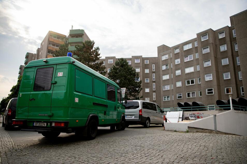 Polizeifahrzeuge in Berlin-Gesundbrunnen: Die Beamten sind  mit einer groß angelegten Razzia gegen Tatverdächtige aus der islamistischen Szene ausgerückt.
