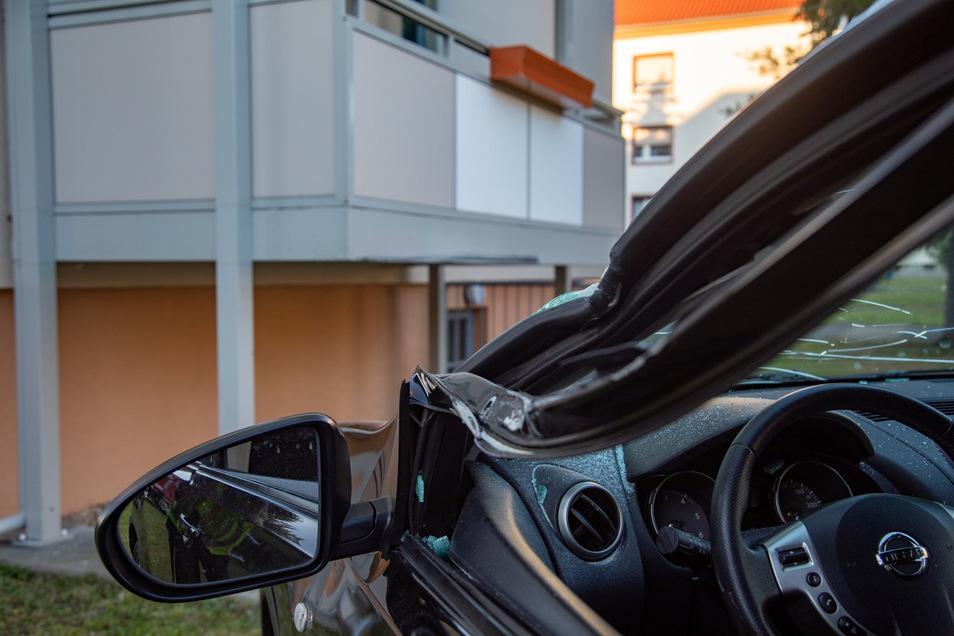 Beim Aufprall auf einen Balkon wurde in Kamenz ein Nissan beschädigt. Der Fahrer verletzte sich schwer.