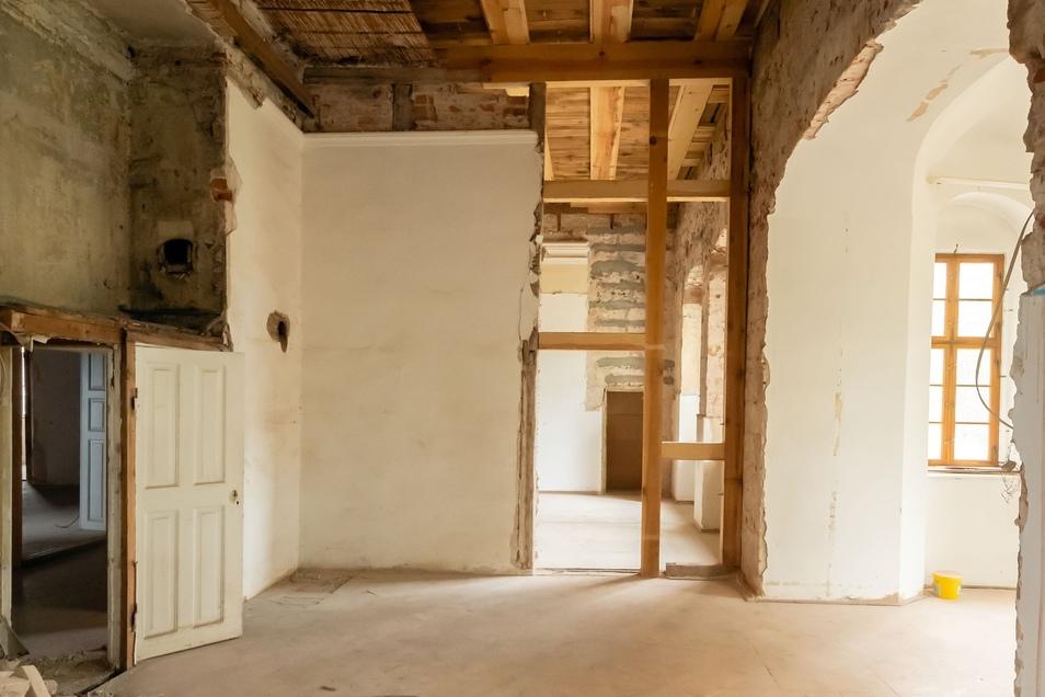 Im Obergeschoss mussten Decken geöffnet werden, um das beschädigte Holz zu ersetzen.