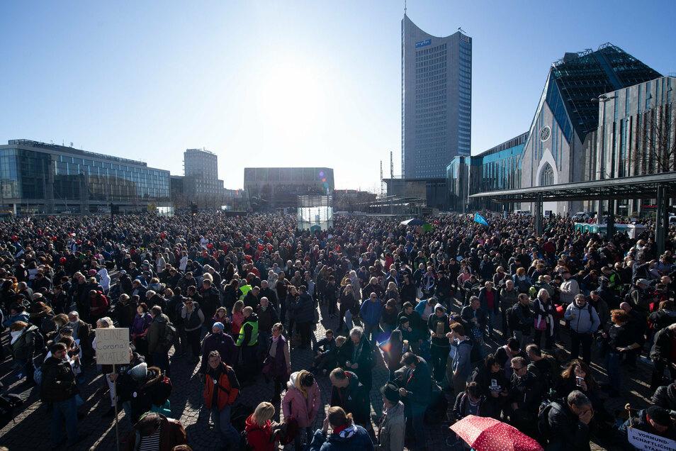 """Rund 20.000 Menschen hatten sich am Samstag zu einer """"Querdenker""""-Demo auf dem Leipziger Augustusplatz versammelt. Die Stadt ließ sie gut zweieinhalb Stunden lang gewähren."""