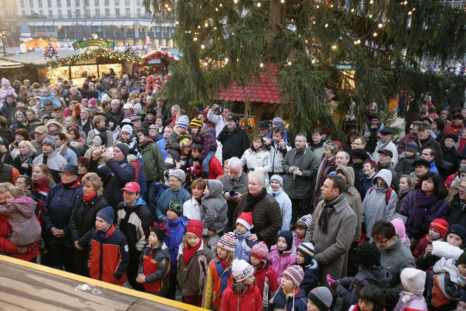 2008: Etwas zu wenig Platz zwischen Weihnachtsbaum und Bühne gab es im Jahr 2008 auf dem Striezelmarkt. Aber: Der Weihnachtsmarkt war zurück auf dem Altmarkt.