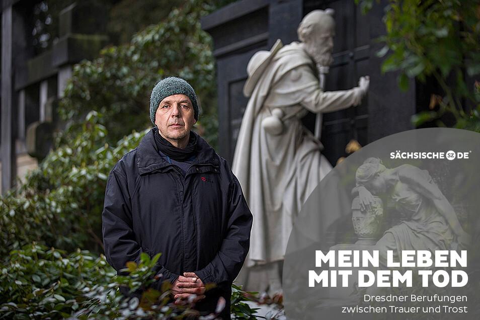 """Die Grabplastik """"Anklopfender Pilger"""" auf dem Friedhof in Loschwitz ist für Martin Hertrampf ein besonderes Symbol für die Vergänglichkeit."""